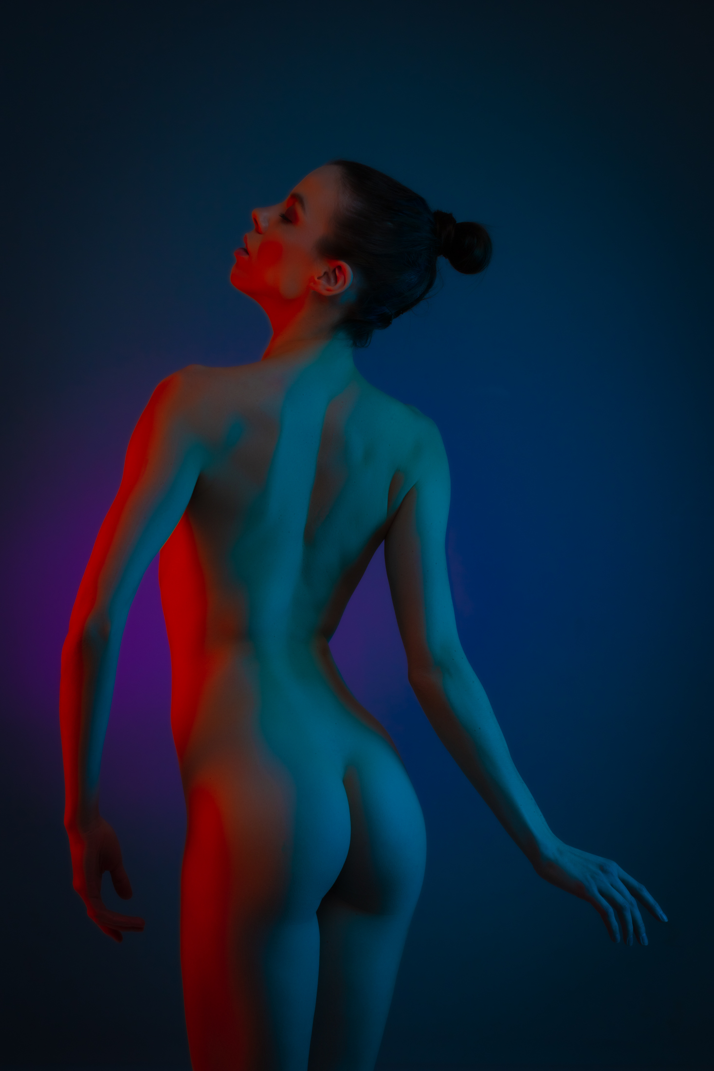 denisa fine art nude with color gels in studio in mainz 02