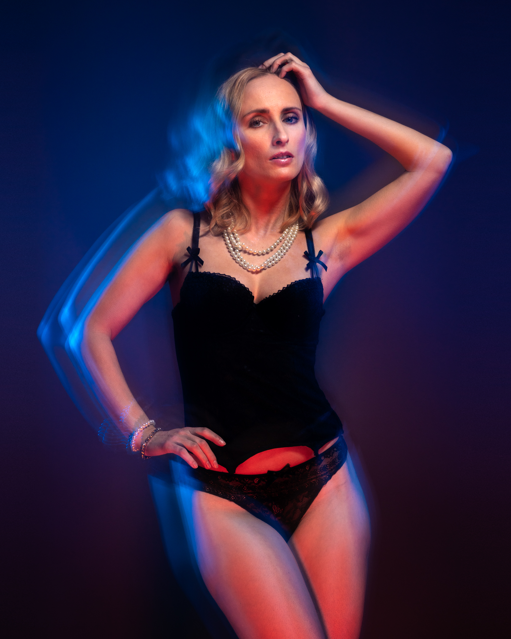 veronika sensual portrait with color gels in studio in frankfurt 01