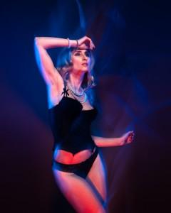 veronika sensual portrait with color gels in studio in frankfurt 04