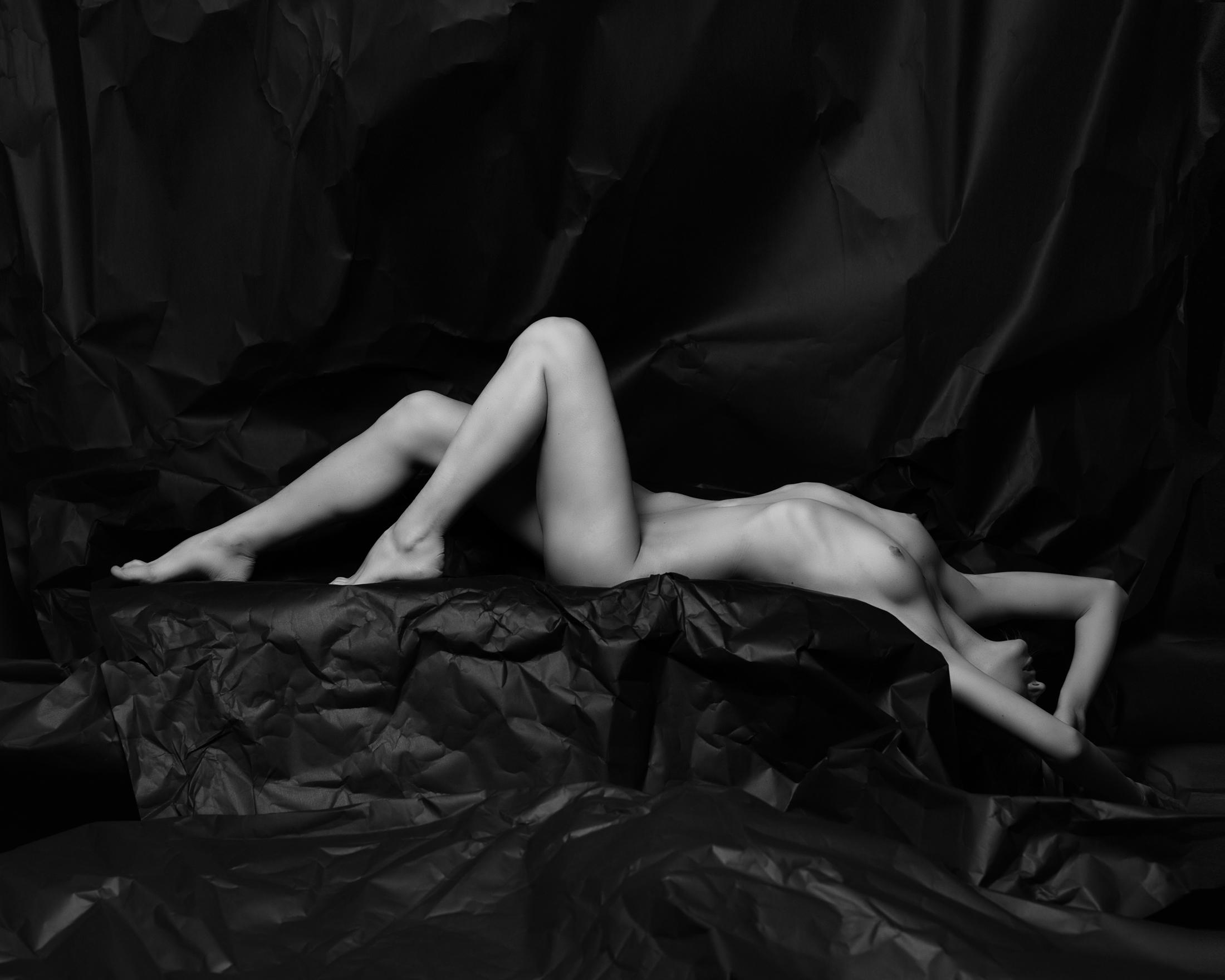 vlada sculptural nude in studio in frankfurt 03