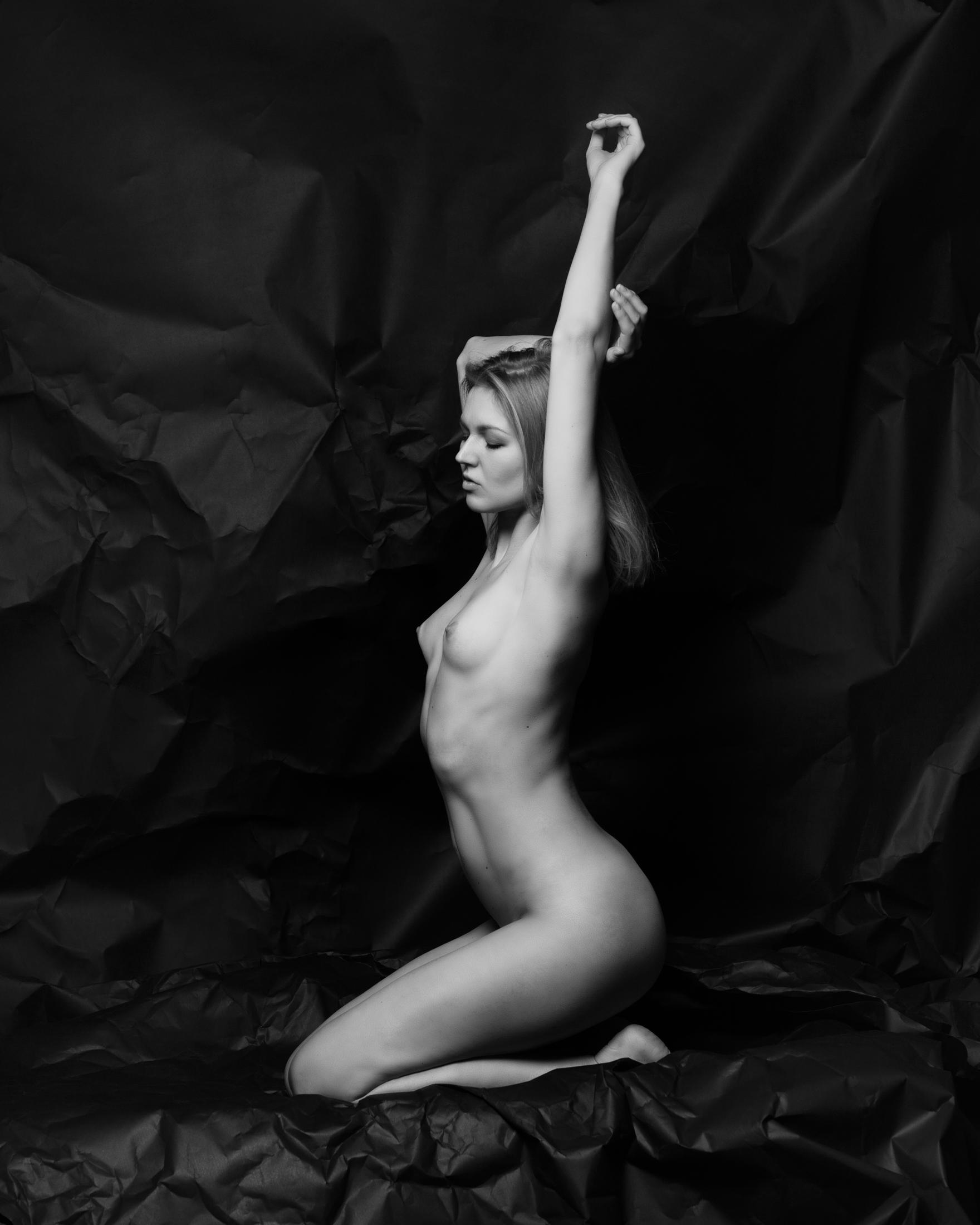 vlada sculptural nude in studio in frankfurt 05