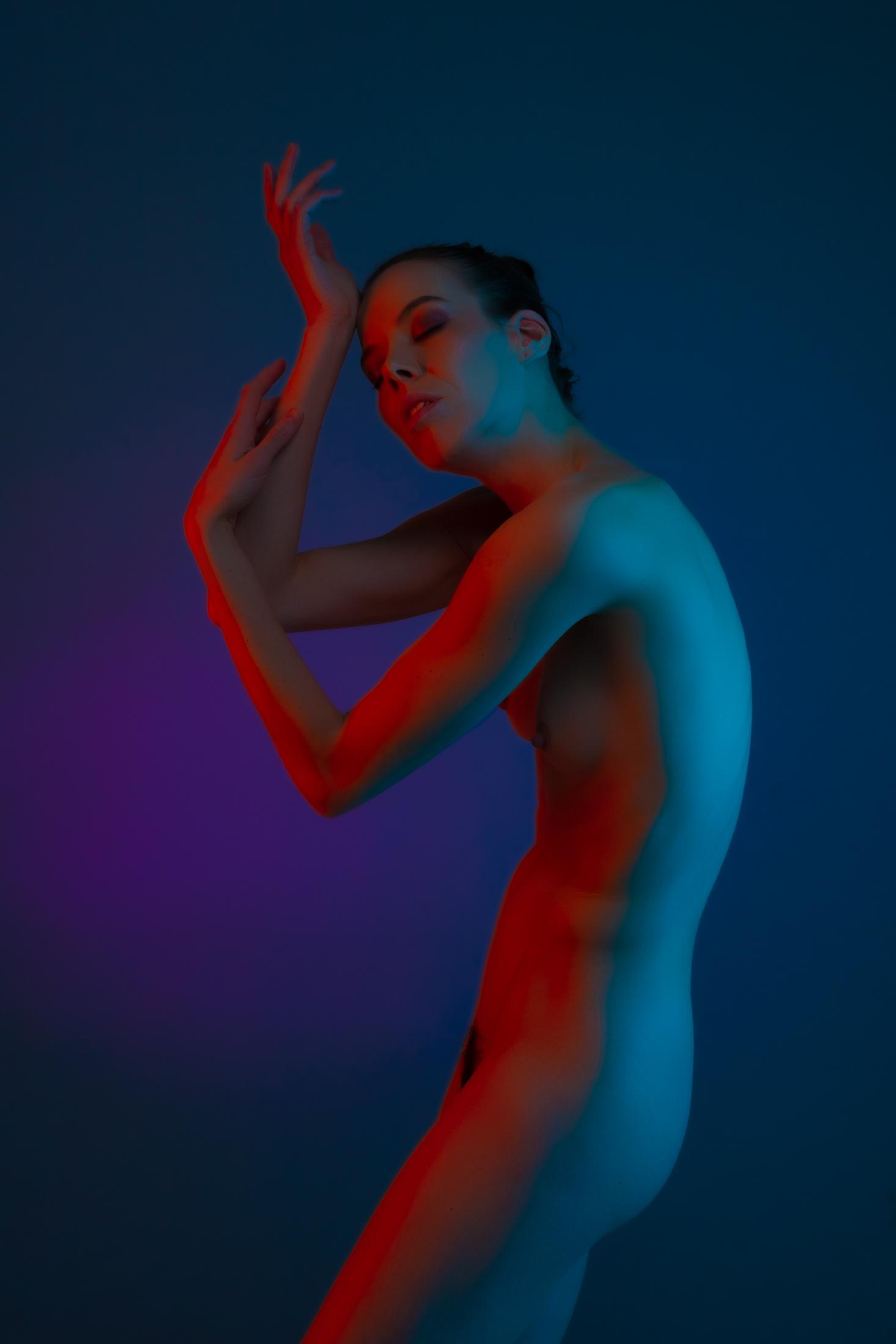 denisa fine art nude with color gels in studio in mainz 01